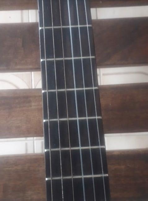 mástil y trastes de guitarra acústica